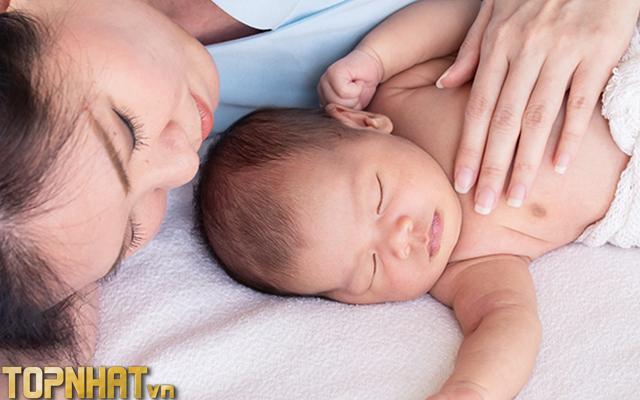 Âu yếm con cũng tăng kích thích sữa cho mẹ