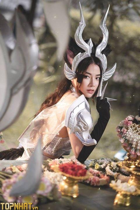 Cosplay Arum Linh Tượng Vu Nữ bên bàn tiệc