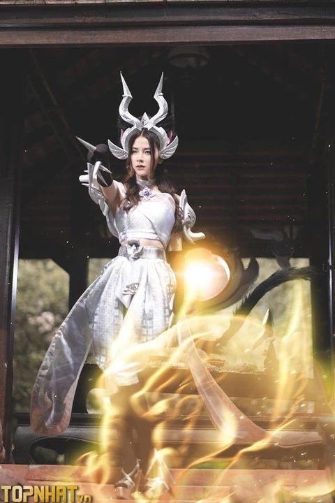 Cosplay Arum Linh Tượng Vu Nữ tung chiêu