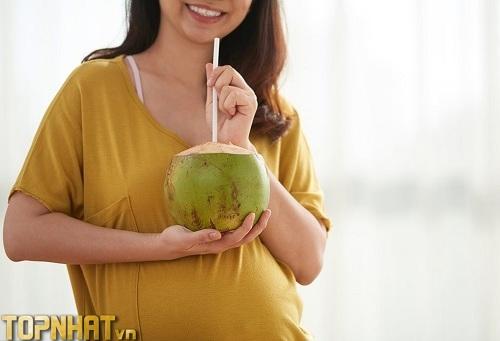 Quả dừa cung cấp nước ối tốt cho mẹ bầu (Ảnh minh họa)