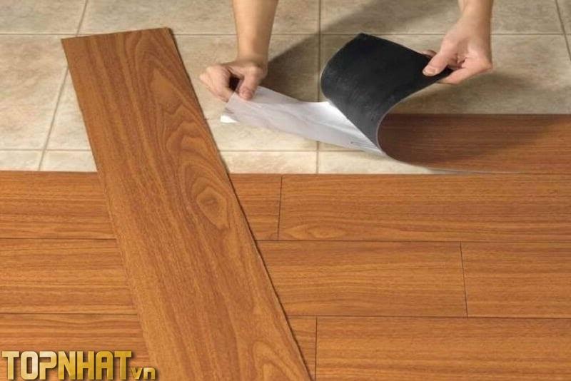 Sàn nhựa giả gỗ tự dán là loại có keo sẵn chỉ bóc dán