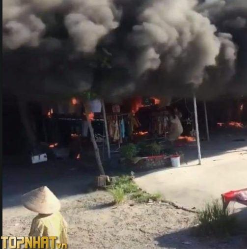 Cháy sạp quần áo tại chân cầu vượt Hải Dương