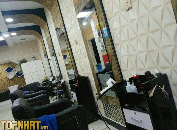 Giấy dán tường 3D tam giác trắng và vàng dán kết hợp trang trí tiệm tóc