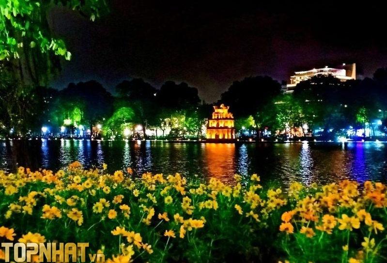 Hồ Gươm ban ngày đã đẹp, vào buổi tối còn đẹp và lộng lẫy hơn