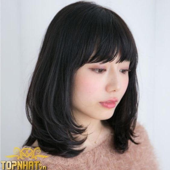 Tóc đen ngang vai tỉa layer uốn cụp mái bằng cũng là một kiểu tóc nữ tính, nhẹ nhàng
